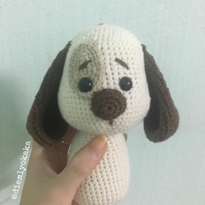 """Lần dấn thân vào lenbiz này, mình đã chọn móc chú chó Henry của tác giả Amalou Designs để """"khai kim"""" vì trót yêu cái bản mặt cute của chú ta quá!"""