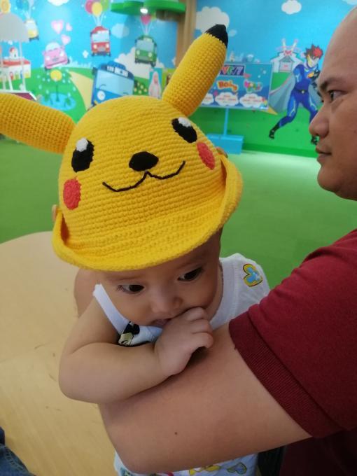 Quanh quẩn làm đơn hàng cho khách, mãi đến khi Nam hơn 10 tháng tuổi mình mới móc xong cái mũ len thứ 2 cho Nam (lần trước là mũ tai nghe khi Nam tầm 3 tháng). Lần này mình đổ cái rụp trước mẫu mũ Pikachu bằng len cute của Noob Handmade Store và thế là bắt tay móc luôn cho Nam.