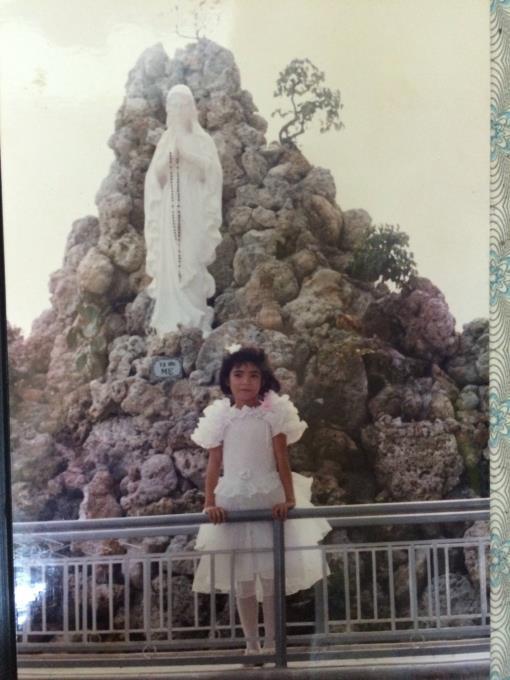 Nay xuống nhà dì chơi, tình cờ xem album ảnh nhà dì thấy tấm ảnh mình mặc chiếc đầm trắng Rước Lễ Lần Đầu chụp tại Đài Đức Mẹ giáo xứ Vinh Trang. Có chút ngỡ ngàng rồi vội vàng chụp lại, hihi, tấm ảnh quý giá vậy mà lưu lạc tận đâu.
